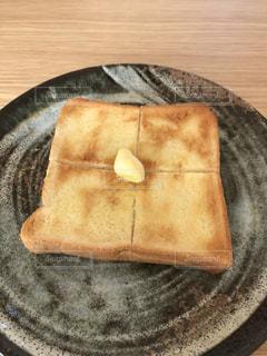 木製テーブルの上のパンの部分の写真・画像素材[1021899]