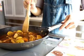 台所で食品を準備する人の写真・画像素材[1027286]