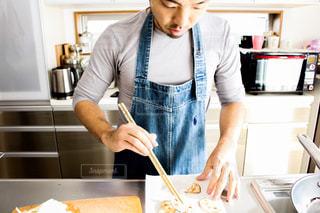 台所で食品を準備する人の写真・画像素材[1027287]