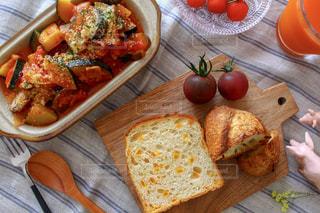 木製のテーブルの上の食べ物 - No.1027291