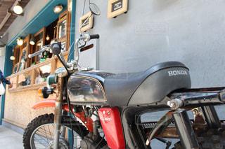 建物の側に駐車したバイクの写真・画像素材[1231106]
