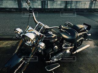 建物の側に駐車したバイクの写真・画像素材[1439696]