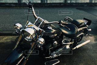 建物の側に駐車したバイクの写真・画像素材[1439697]