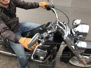 バイクに座る人の写真・画像素材[1439702]