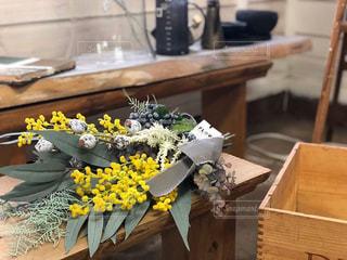 木製のテーブルの上に座っている花瓶の写真・画像素材[3154969]