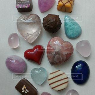 チョコレートと石の写真・画像素材[1069709]