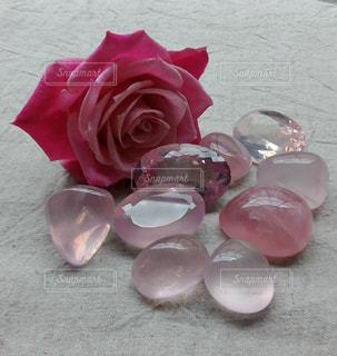 テーブルの上のピンクの花のグループの写真・画像素材[1592841]