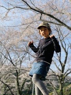 桜の下での写真・画像素材[3551148]