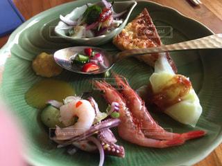 テーブルの上に食べ物のプレートの写真・画像素材[1023068]