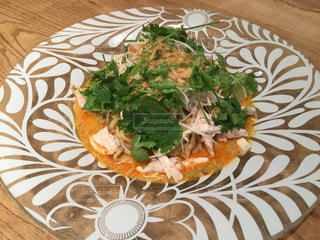 テーブルの上に食べ物のプレートの写真・画像素材[1023567]