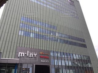 近くに高層ビルのある駅。JR神戸線の三宮駅。の写真・画像素材[1046134]
