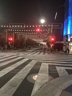 近くの信号機の横にある横断歩道をの写真・画像素材[1023221]