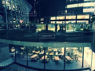 夜の店の前の写真・画像素材[1024921]