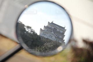 ミラー越しの天守閣の写真・画像素材[1023480]