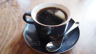 テーブルの上のコーヒー カップの写真・画像素材[1023476]