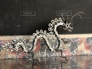 自転車のチェーンで作られた龍の写真・画像素材[1206696]