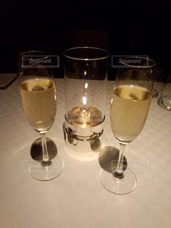 ワイングラスを持つテーブルの写真・画像素材[1023945]