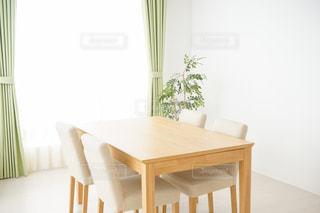 ダイニング ルームのテーブルの写真・画像素材[1023669]