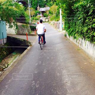 小さい自転車と僕の写真・画像素材[2566000]