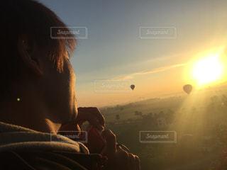 気球から見える日の出の写真・画像素材[1023954]