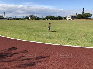芝生公園で遊ぶ子供の写真・画像素材[3466863]
