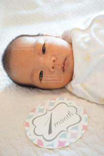 赤ちゃんのベッドの上で横になっています。の写真・画像素材[705414]