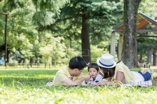 公園で座っている人々 のグループの写真・画像素材[707380]