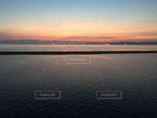 水の体に沈む夕日の写真・画像素材[1024033]