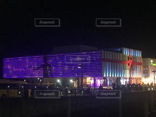 夜のライトアップされた街の写真・画像素材[1024040]