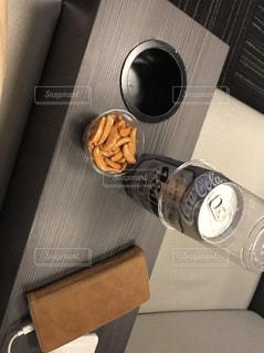 空港ラウンジでビールと柿ピーの写真・画像素材[1646009]