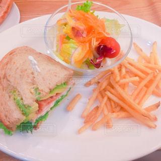 テーブルの上に食べ物のプレート - No.1024196