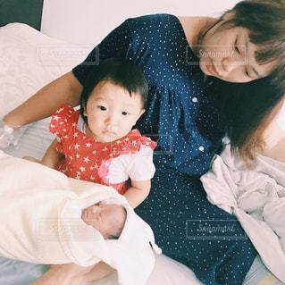 赤ん坊を抱える女性の写真・画像素材[1024431]