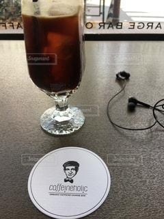 テーブルの上のビールのグラスの写真・画像素材[1024536]
