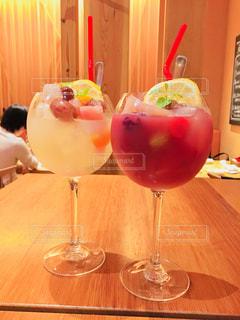 テーブルの上の赤ワインのガラスの写真・画像素材[1044881]