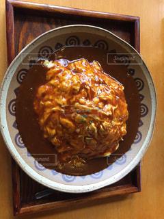 木製のテーブルの上に食べ物のプレートの写真・画像素材[1024969]