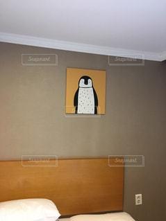 ベッドと部屋で机付きのベッドルームの写真・画像素材[1025132]