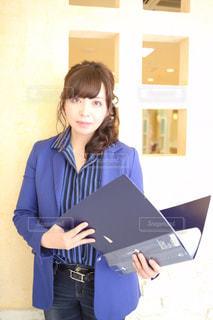 ノート パソコンの前に立っている人の写真・画像素材[1025314]
