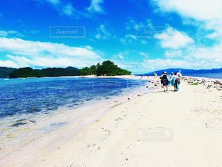 水の体の横にある砂浜のビーチの写真・画像素材[1025762]