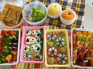 テーブルの上に食べ物の種類でいっぱいのボックスの写真・画像素材[1035163]