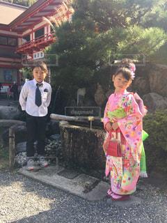 子の隣に立っている女の子の写真・画像素材[1054744]