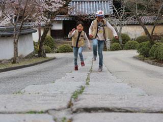 通りを歩く女と男の写真・画像素材[1054753]