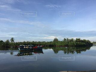 水の体の横に川に沿って浮遊船の写真・画像素材[1025953]