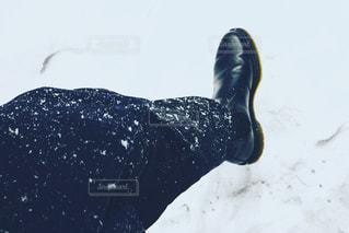 雪の日に雪を踏む靴 - No.1026023