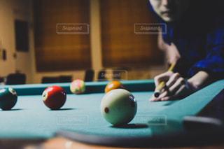 ビリヤードでボールを打つ男性の写真・画像素材[1026024]