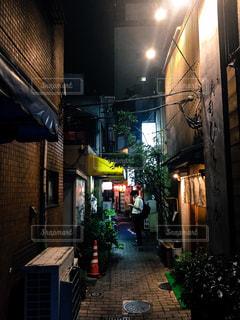 夜の裏路地の写真・画像素材[1028569]