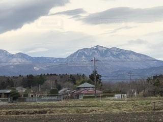 背景の山のフィールド - No.1060102