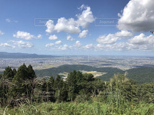 背景の山と木の写真・画像素材[1034511]