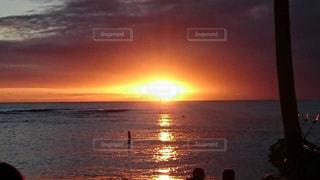 ビーチに沈む夕日 - No.1055687