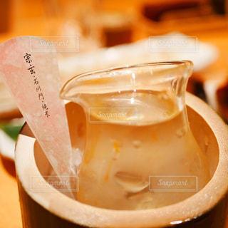 近くにコーヒー カップのアップの写真・画像素材[1026383]