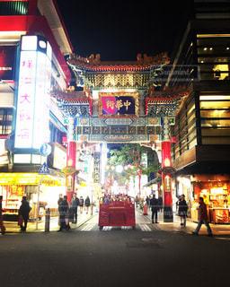 バック グラウンドで横浜中華街で夜に店の前 - No.1026264
